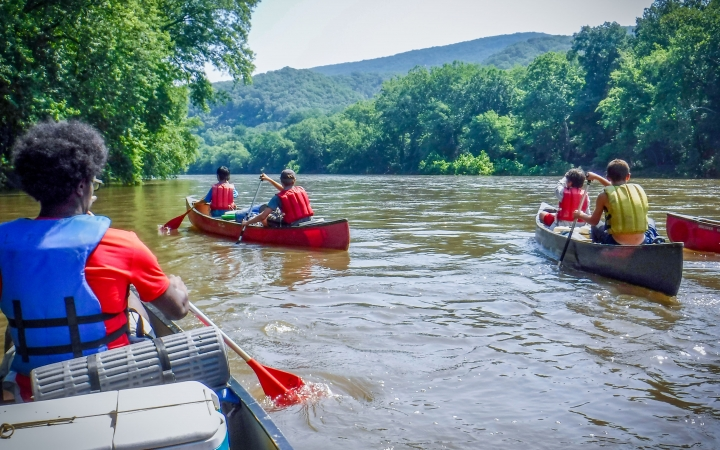 canoeing on outdoor leadership course near baltimore